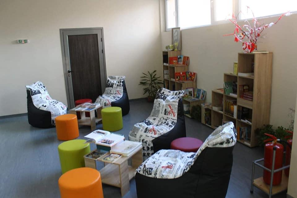 """Министърът на образованието и науката на посещение в библиотеката на СУ """"П. К. Яворов"""", град Чирпан"""